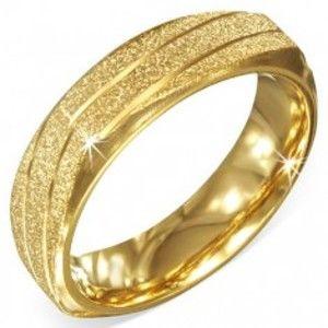 Šperky eshop - Hranatá oceľová obrúčka zlatej farby, pieskovaná so šikmými zárezmi BB4.17 - Veľkosť: 70 mm