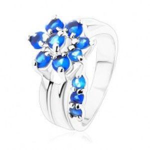 Šperky eshop - Jagavý prsteň s rozdelenými ramenami, zirkónový kvet v modrom odtieni V07.11 - Veľkosť: 49 mm