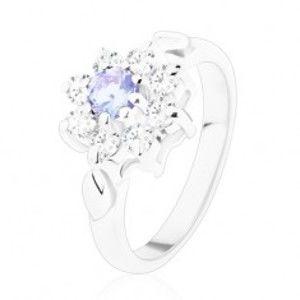 Šperky eshop - Jagavý prsteň so zirkónovým kvietkom vo svetlofialovej a čírej farbe, lístky V05.20 - Veľkosť: 49 mm