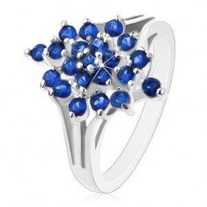 Šperky eshop - Lesklý prsteň - strieborná farba, rozvetvené ramená, tmavomodré okrúhle zirkóny AC12.03 - Veľkosť: 49 mm