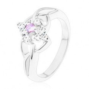 Šperky eshop - Ligotavý prsteň so striebornou farbou, rozdelené ramená, fialové a číre zirkóny V12.15 - Veľkosť: 54 mm