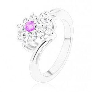 Šperky eshop - Ligotavý prsteň so zahnutými ramenami, fialové a číre zirkóny v obdĺžniku V06.09 - Veľkosť: 50 mm
