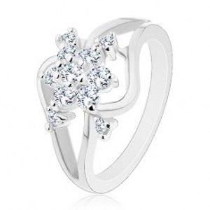 Šperky eshop - Ligotavý prsteň striebornej farby, rozdelené zvlnené ramená, číry kvet R29.22 - Veľkosť: 59 mm