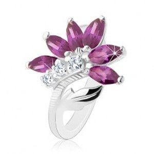 Šperky eshop - Ligotavý prsteň v striebornej farbe, tmavofialový kvet, lesklý list R48.10 - Veľkosť: 49 mm