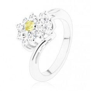 Šperky eshop - Ligotavý prsteň v striebornom odtieni, okrúhly zelenožltý zirkón, číry obdĺžnik V04.05 - Veľkosť: 48 mm