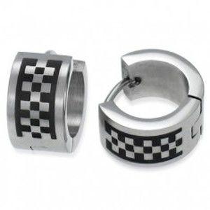 Šperky eshop - Matné kĺbové náušnice z ocele, strieborná farba, motív šachovnice U19.12