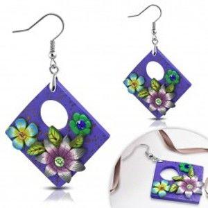Šperky eshop - Náušnice FIMO, visiaci fialový kosoštvorec s kvetmi a okrúhlym výrezom AA15.06