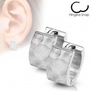Šperky eshop - Náušnice z chirurgickej ocele - kruhy striebornej farby s gravírovanými špirálami X45.04
