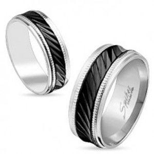 Šperky eshop - Oceľová obrúčka striebornej farby, čierny pruh so šikmými zárezmi, vrúbky, 8 mm S85.17 - Veľkosť: 65 mm