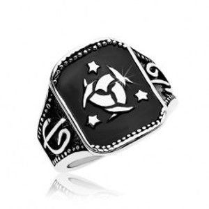 Šperky eshop - Oceľový prsteň, čierny obdĺžnik s keltským uzlom a tromi hviezdami AB35.15 - Veľkosť: 67 mm