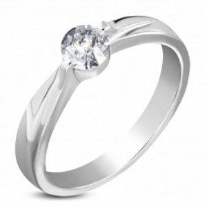 Šperky eshop - Oceľový zásnubný prsteň striebornej farby, číry zirkón, ramená so zárezom M11.35 - Veľkosť: 58 mm