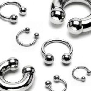 Šperky eshop - Piercing z chirurgickej ocele - jednoduchá lesklá podkova s guličkami, 1 mm W20.37/39 - Hrúbka x priemer x veľkosť guličky: 1 mm x 11 mm x 4 mm