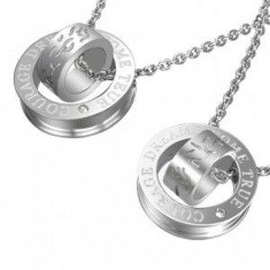 Šperky eshop - Prívesok pre dvoch - strieborná farba, obruče s textúrou krivých čiar a nápisom AB31.11