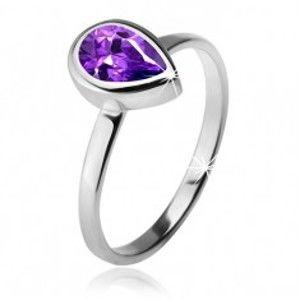 Šperky eshop - Prsteň s fialovým slzičkovým kamienkom v objímke, striebro 925 K3.8 - Veľkosť: 49 mm