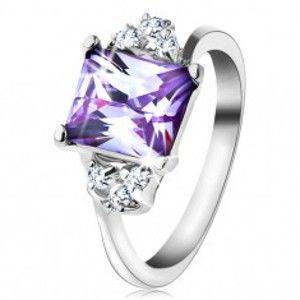 Šperky eshop - Prsteň s lesklými ramenami a obdĺžnikovým zirkónom svetlofialovej farby R44.17 - Veľkosť: 50 mm