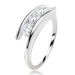 Šperky eshop - Prsteň striebro 925, tri číre zirkóny medzi ramenami BB16.12 - Veľkosť: 57 mm
