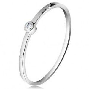 Šperky eshop - Prsteň v bielom 14K zlate - ligotavý číry briliant v lesklej objímke, tenké ramená BT178.02/09 - Veľkosť: 51 mm