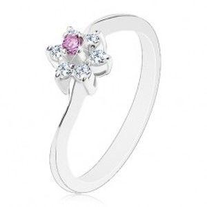 Šperky eshop - Prsteň v striebornej farbe s úzkymi zvlnenými ramenami, fialové a číre zirkóny V14.09 - Veľkosť: 58 mm