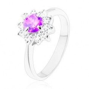 Šperky eshop - Prsteň v striebornej farbe, úzke ramená, kvietok vo fialovom a v čírom odtieni V10.17 - Veľkosť: 51 mm