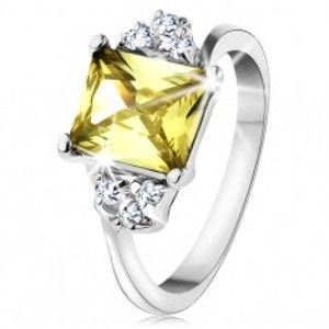 Šperky eshop - Prsteň v striebornom odtieni, obdĺžnikový zirkón v žltozelenej farbe AC15.08 - Veľkosť: 48 mm