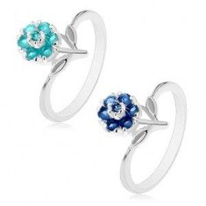 Šperky eshop - Prsteň v striebornom odtieni s farebným zirkónovým kvietkom, stonka s lístkami AC21.04 - Veľkosť: 59 mm, Farba: Svetlomodrá