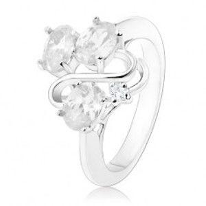 Šperky eshop - Prsteň v striebornom odtieni, tri oválne číre zirkóny, lesklá vlnka R34.6 - Veľkosť: 50 mm