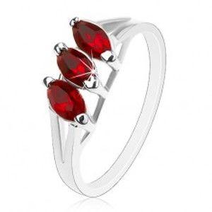 Šperky eshop - Prsteň v striebornom odtieni, úzke rozdvojené ramená, tmavočervené zrná AC11.03 - Veľkosť: 51 mm
