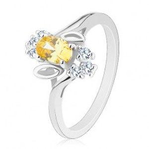Šperky eshop - Prsteň v striebornom odtieni, žltý brúsený ovál, lístočky, číre zirkóny R31.2 - Veľkosť: 58 mm