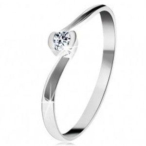 Šperky eshop - Prsteň z bieleho 14K zlata - zahnuté konce ramien, okrúhly číry zirkón GG203.09/16 - Veľkosť: 51 mm