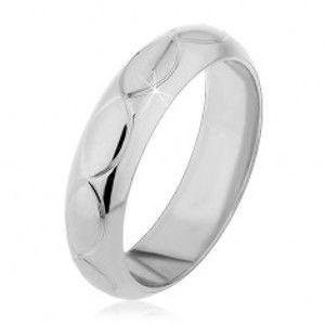 Šperky eshop - Prsteň zo striebra 925 - zárezy v tvare zrniek H12.20 - Veľkosť: 49 mm