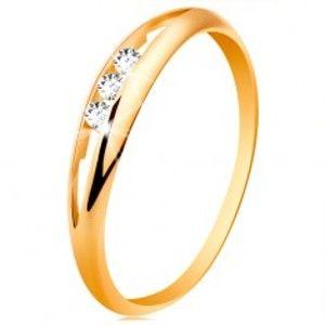 Šperky eshop - Prsteň zo žltého 14K zlata - tri okrúhle číre zirkóny v úzkom výreze, lesklé ramená GG189.88/94 - Veľkosť: 58 mm