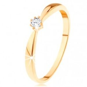 Šperky eshop - Prsteň zo žltého 14K zlata - zaoblené ramená, okrúhly zirkón čírej farby GG111.27/33 - Veľkosť: 52 mm