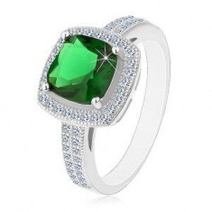 Šperky eshop - Ródiovaný prsteň, striebro 925, zelený štvorcový zirkón a číry zirkónový lem H8.06 - Veľkosť: 54 mm