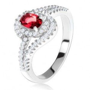Šperky eshop - Strieborný 925 prsteň, červený kameň s lemom, zvlnené zirkónové ramená T21.6 - Veľkosť: 53 mm