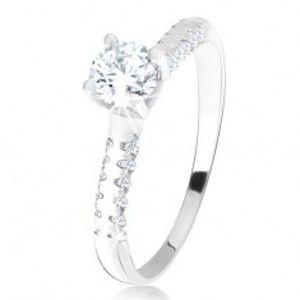 Šperky eshop - Strieborný 925 prsteň, vystúpený kotlík s čírym zirkónom, ozdobné ramená U4.4 - Veľkosť: 55 mm