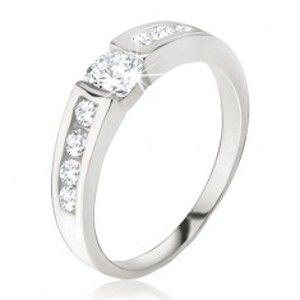 Šperky eshop - Strieborný prsteň 925 - číry zirkón v kotlíku, drobné kamienky na ramenách E4.17 - Veľkosť: 64 mm