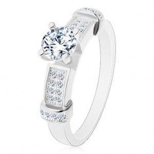Šperky eshop - Strieborný prsteň 925, okrúhly zirkón čírej farby, dekoratívne ramená J12.13 - Veľkosť: 49 mm