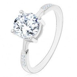 Šperky eshop - Strieborný prsteň 925, okrúhly zirkón čírej farby, zirkóniky na ramenách M01.29 - Veľkosť: 55 mm