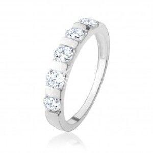 Šperky eshop - Strieborný prsteň 925, päť čírych zirkónov predelených úzkym pásikom HH18.1 - Veľkosť: 49 mm