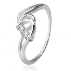 Šperky eshop - Strieborný prsteň 925, tri číre zirkóny, rozbúrené vlny F1.15 - Veľkosť: 51 mm