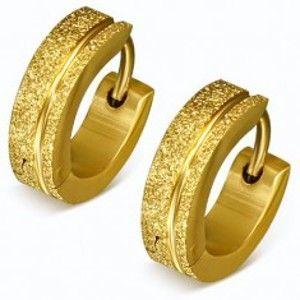 Šperky eshop - Trblietavé oceľové náušnice v zlatej farbe, pieskované krúžky, pásik SP49.10