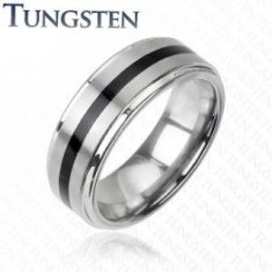 Šperky eshop - Wolfrámový prsteň striebornej farby - čierny stredový pás H10.1 - Veľkosť: 66 mm