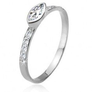 Šperky eshop - Zirkónový prsteň, kamienkové ramená, elipsovitý kamienok, striebro 925 J12.7 - Veľkosť: 54 mm