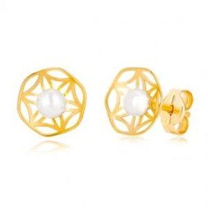 Šperky eshop - Zlaté 585 náušnice s vyrezávaným motívom kvetu a perlou v strede GG36.17