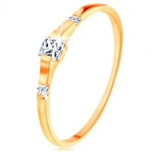 Šperky eshop - Zlatý prsteň 375 - tri číre zirkónové štvorčeky, lesklé a hladké ramená GG119.27/GG119.31/32 - Veľkosť: 50 mm