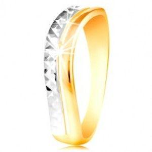 Šperky eshop - Zlatý prsteň 585 - vlnka z bieleho a žltého zlata, ligotavý brúsený povrch GG216.38/46 - Veľkosť: 51 mm